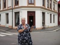 Jorun Bekkeby foran frisørsalongen