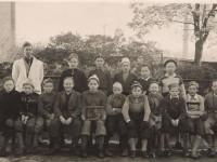 Klasse 6A gutter ved Kampen skole 1948. Walter Willanger sitter foran i midten, med skiltet