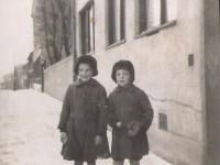 Laila og Walter utenfor Norderhovgata 32 (1944)