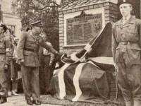 Kronprins Olav avduker minnestøtte over falne fra Kampen