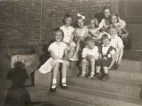 Ungene i gata på kirketrappa (1954)
