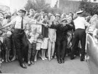 Politiet passet på folkemassene under Anne Lise og Knuts bryllup (1960)