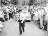 Ekteparet Johannesen på vei ned Nannestadgata (1960)
