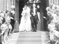 Knut og Anne-Lise på bryllupsdagen utenfor Kampen kirke (1960)