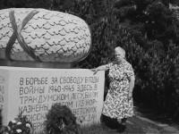 Inga Lie ved minnesmerke på Trandum, der hennes mann ble skutt