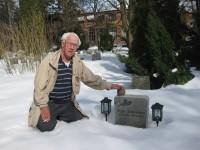 Bjørn J. Johansen ved Roger Gulbrandsens grav (2009)