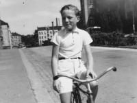 Jarl Bech på sykkel i Kjølberggata (1948)