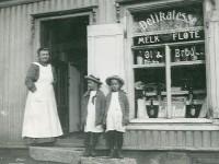 Johanne Marie Johannesdatter foran butikken i Urskoggata 1 (1916)
