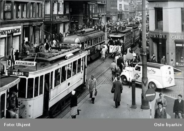 cbe42248 Storgata på 1960-tallet. Begge bildene forteller ...