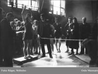 Kvinne i aksjon i Kampen Sportshall (1930)