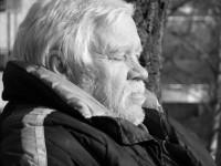 Stein Knutsen på benken i parken