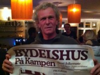Terje Berner med plakaten for Bydelshusets stiftelsesmøte (2012)