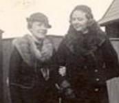 Fru Sæther med venninne i parken (1935)