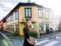 Synne Weberg utenfor Blomsterenga (2013)
